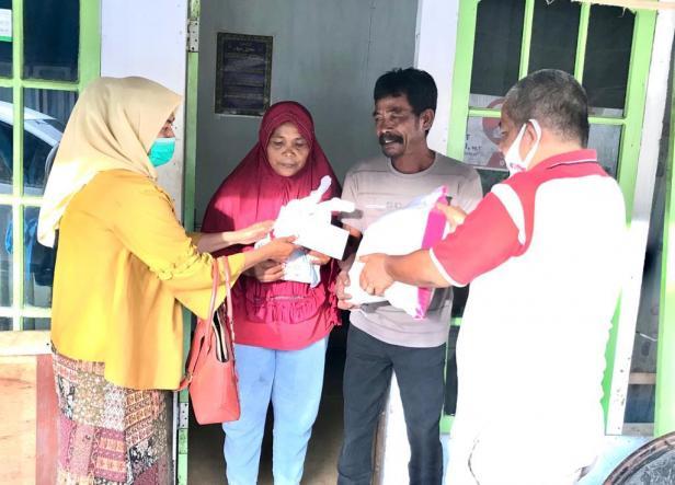 Tim AR Center menyerahkan bantuan sembako dan uang tunai dari anggota DPR RI Andre Rosiade kepada keluarga Syamsudin di Parupuk Tabing.