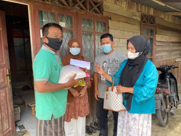Wakil Ketua DPD Gerindra Sumbar Nurhaida menyerahkan bantuan sembako dan uang tunai dari Andre Rosiade kepada keluarga Zulhardi di Anduring, Kuranji.
