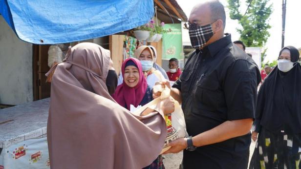 Anggota DPR RI Andre Rosiade menyerahkan sembako kepada warga Padang Besi, Kecamatan Lubukkilangan, Kota Padang.