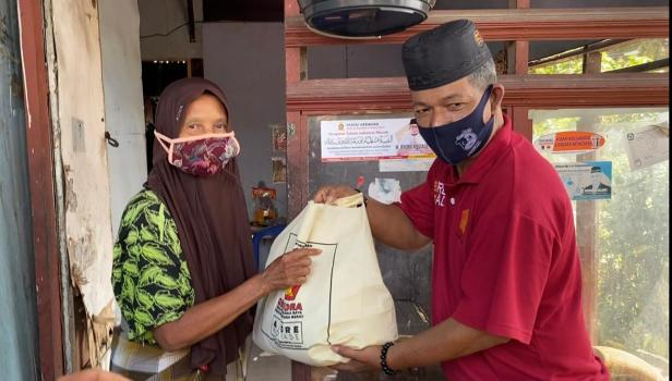 Wakil Sekretaris DPD Gerindra Sumbar menyerahkan sembako dari Andre Rosiade untuk warga Lolong Belanti, Padang Utara.