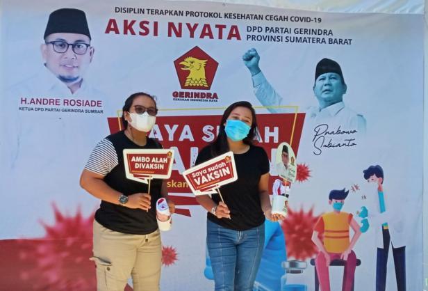 Para peserta berfoto di depan spot foto usai mendapatkan vaksinasi Covid-19 pada pelaksanaan pertama 1-8 September lalu di DPD Gerindra Sumbar.