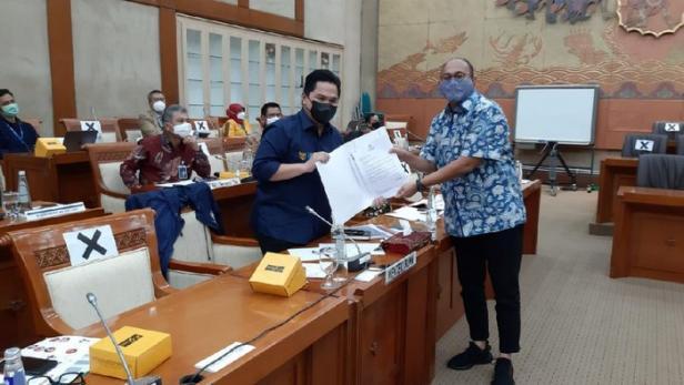 Anggota DPR RI Andre Rosiade menyerahkan surat resmi dari para pensiunan Semen Padang kepada Menteri BUMN Erick Thohir.