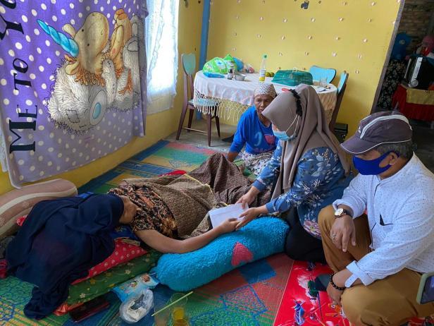 Pengurus DPD Gerindra Sumbar menyerahkan bantuan dari Andre Rosiade kepada Riddya mahasiswi penderita ginjal bocor di Ulakan Tapakis, Padangpariaman.