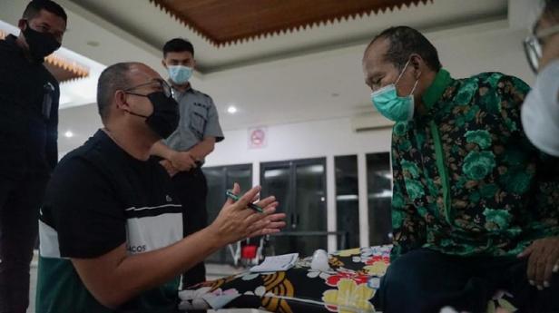 Andre Rosiade berdialog dengan Ujang yang sempat terlunta-lunta di Jakarta dan akan dipulangkan ke Padang, Sumbar