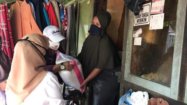 Tim AR Center menyerahkan bantuan sembako dan uang tunai dari anggota DPR RI Andre Rosiade untuk keluarga tukang cuci di Jalan Karet, Padang Pasir, Padang Barat, Kota Padang.