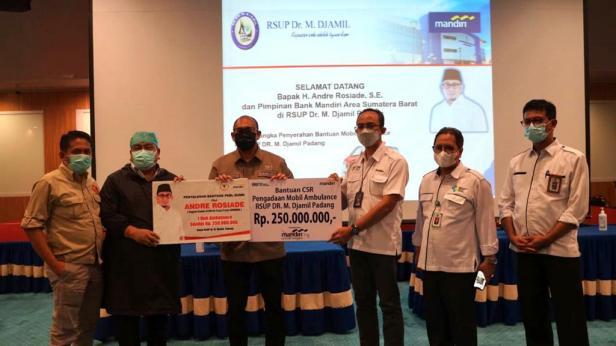 Andre Rosiade menyerahkan secara simbolis bantuan satu unit mobil ambulance kepada Dirut RSUP dr M Djamil Padang