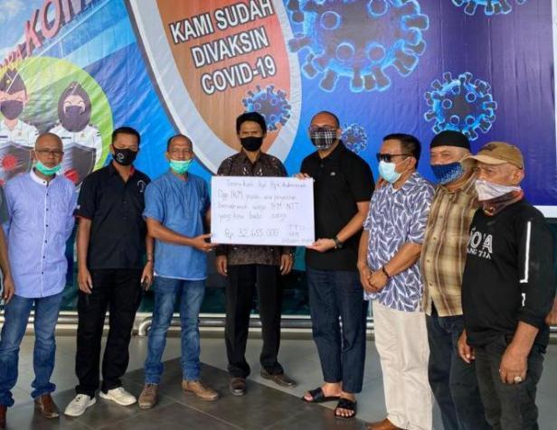 Ketua Harian DPP Ikatan Keluarga Minang (IKM) H Andre Rosiade SE (empat dari kanan) menyerahkan bantuan donasi dari IKM kepada Ketua DPD IKM Labuan Bajo Provinsi NTT, Reno Aditya.