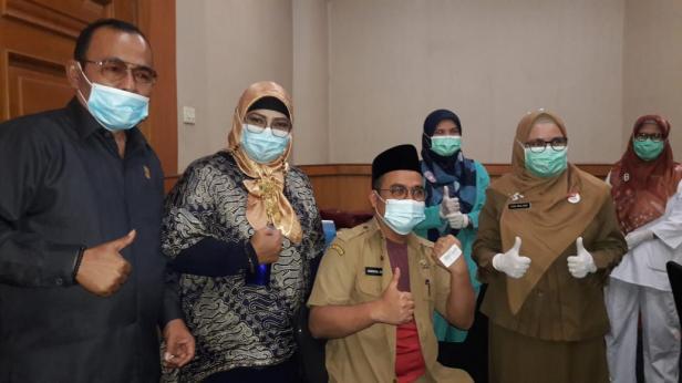 Vaksinasi Anggota DPRD Padang dan Staf
