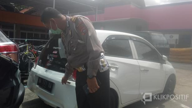 Kasatlantas Polresta Padang AKP Syukur Hendri Saputra Saat Menunjukkan Kendaraan yang Diduga Ugal-ugalan di Depan Makorem 032/Wirabraja