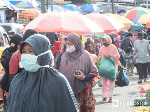 Warga memakai masker saat berbelanja di salah satu pasar di Sumbar