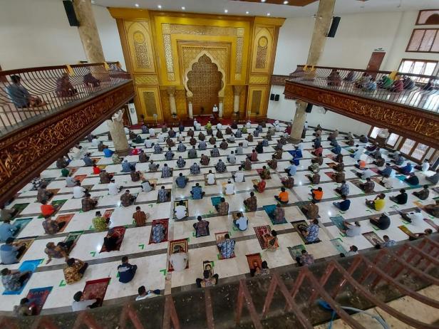 Aktivitas Salat Jumat di Masjid Jabal Rahmah PT Semen Padang yang menerapkan standar protokol kesehatan, sebagai upaya mencegah penyebaran COVID-19.