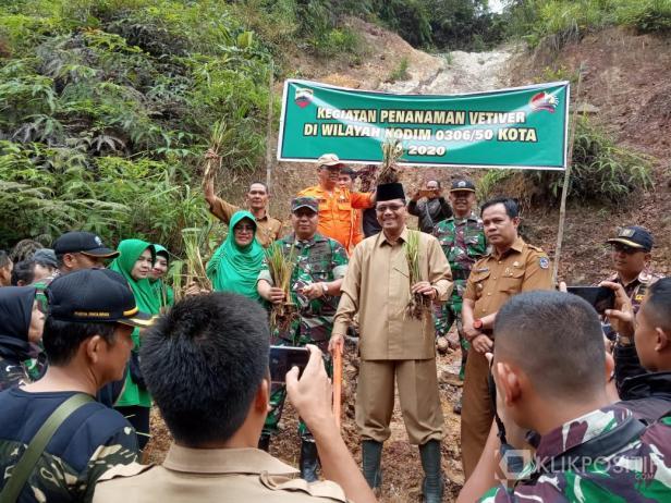 Dandim 0306/50 Kota bersama Bupati Irfendi Arbi dan jajaran SKPD tanam ribuan tanaman vetiver di daerah rawan longsor.