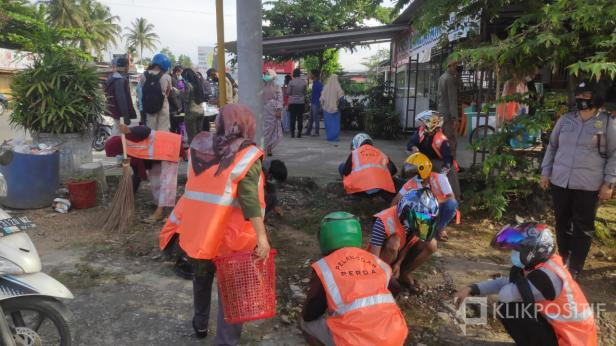 Sejumlah masyarakat mendapatkan sangsi sosial saat Satgas COVID-19 Lima Puluh Kota gelar Operasi Yustisi di Tanjung Pati