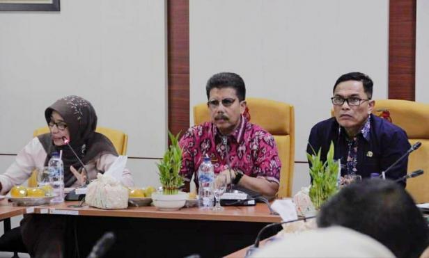 Pj. Sekda kota Solok, Nova Elvino saat rapat koordinasi bersama dinas terkait di Balai Kota Solok.