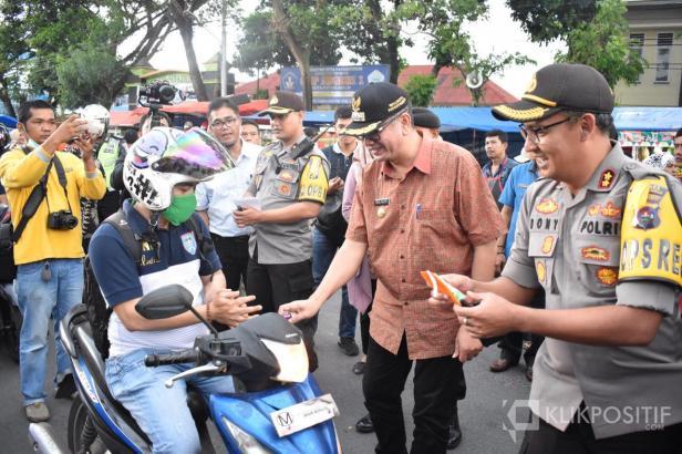 Wali Kota Payakumbuh, Riza Falepi dan Polres Payakumbuh, AKBD Dony Setiawan membagikan hand sanitizer ke warga di Posko Tanggap Darurat Covid-19, Jumat (20/3).