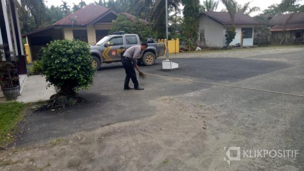 Personel Polsek Kamang Baru saat Aksi Bersih-bersih