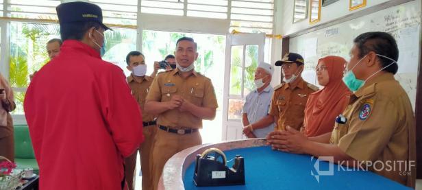 Camat Akabiluru Khris La Deva saat menerima kunjungan Bupati Irfendi Arbi beberapa waktu lalu.