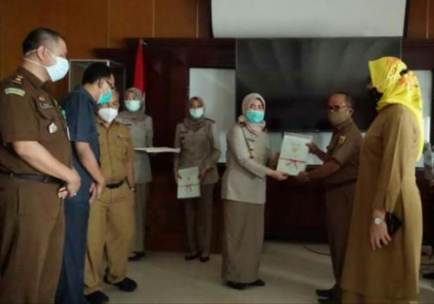 Plh Sekda Tanah Datar Edi Susanto menerima sertifikat tanah untuk masyarakat dari Kepala BPN Nurhamida