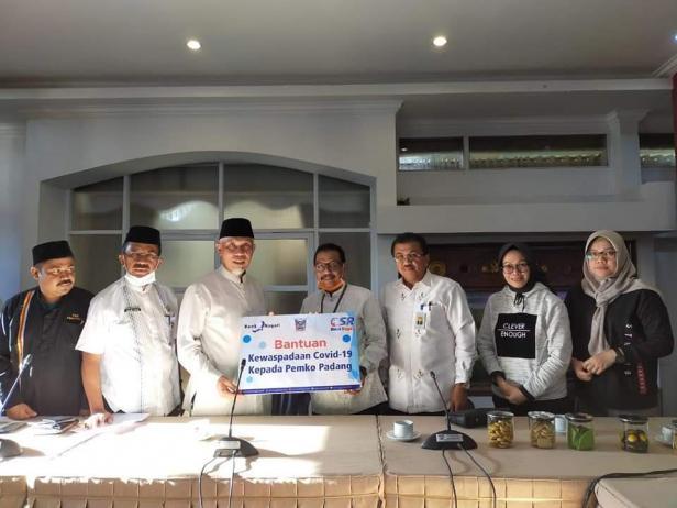 Wali Kota Padang menerima bantuan dari Bank Nagari