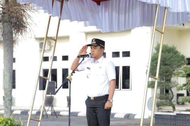 Wakil Wali Kota Solok, Dr. Ramadhani Kirana Putra memimpin apel peringatan hari jadi Satpol PP, Damkar, Satpam dan Linmas di Kota Solok