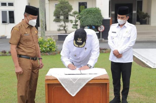 Wako Solok, H. Zul Elfian didampingi Wawako, Ramadhani Kirana Putra menandatangani serah terima jabatan dari Pelaksana Harian, Syaiful Rustam
