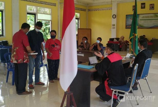 Tim Pengadilan Negeri Pasaman Barat saat melakuan sidang di lapangan