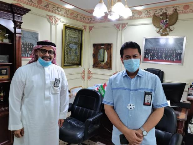Konsul Haji KJRI Endang Jumali (berbaju biru), di Jeddah