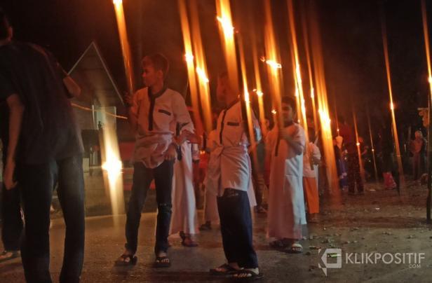Terlihat antusias anak-anak pengajian di Jorong Kapan Selatan, Nagari Kapa takbiran sambil mengarak obor