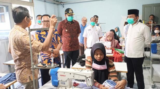 Gubernur Sumbar Irwan Prayitno saat mengunjungi BLK Padang Panjang