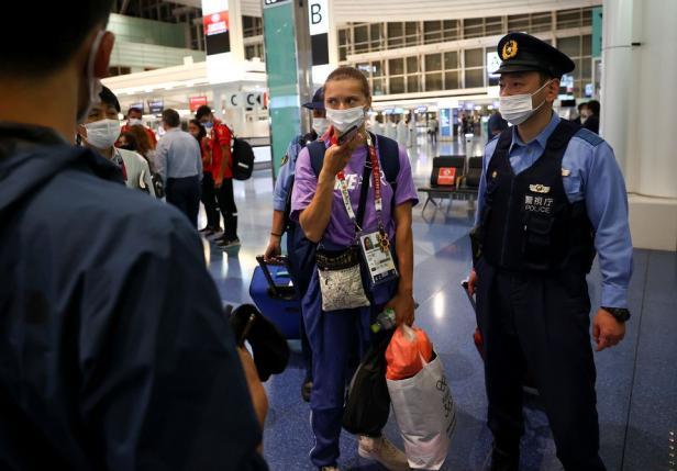 Krystsina Tsimanouskaya dijaga polisi ketika berada di Bandara Haneda di Tokyo
