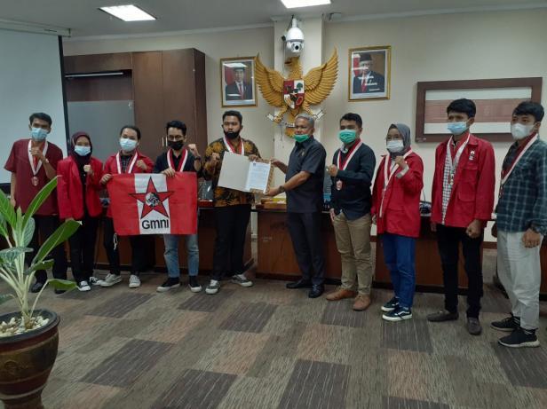 Foto bersama anggota GMNI Padang dengan Anggota Komisi IV DPRD Sumbar, Lazuaradi Erman