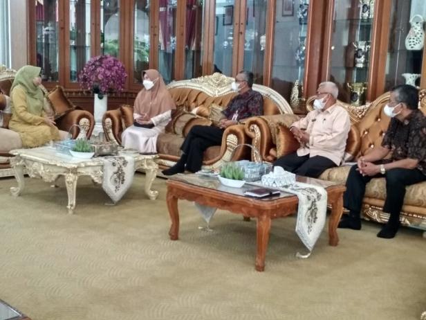 Bunda PAUD Kota Solok, Hj. Zulmiyetti Zul Elfian menerima kunjungan Kepala BP PAUD dan Dikmas Sumbar