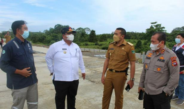 Wagub Sumbar Audy Joinaldy saat meninjau Tol Padang Pekanbaru