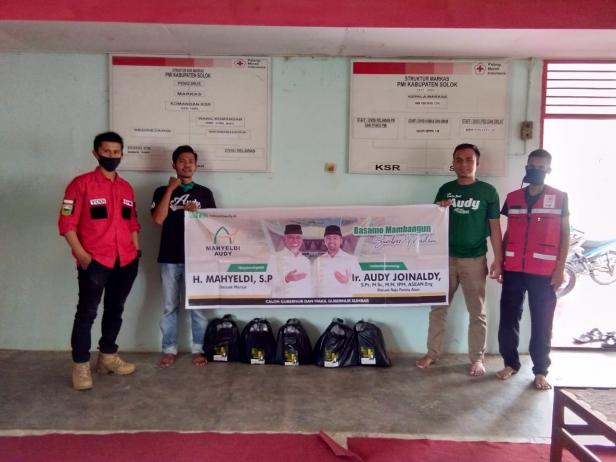 Relawan presidium MA Solok Raya menyerahkan bantuan APD kepada PMI Kabupaten Solok