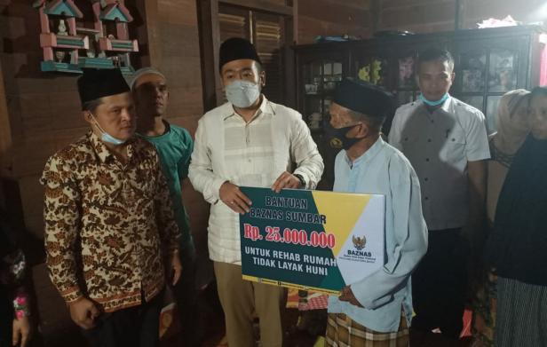 Wagub Sumbar Audy Joinaldy saat menyerahkan bantuan kepada warga di Pasaman