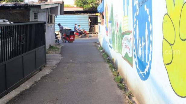 Akses sempit menuju rumah Penyanyi Ayu Ting Ting yang hanya bisa dilalui satu buah mobil kecil di Depok, Jawa Barat, Kamis (27/5/2021).
