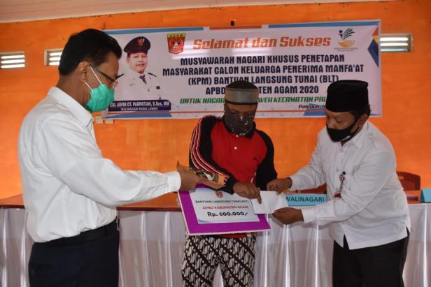 Bupati Agam Indra Catri menyalurkan BLT kabupaten secara simbolis di Nagari Pasia Laweh