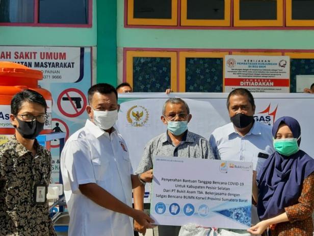 Wabup Pessel Rusma Yul Anwar saat menyerahkan secara simbolis bantuan di RSU BKM Sago