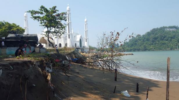 Abrasi pantai dekat dari Masjid Al-Hakim, Pantai Padang