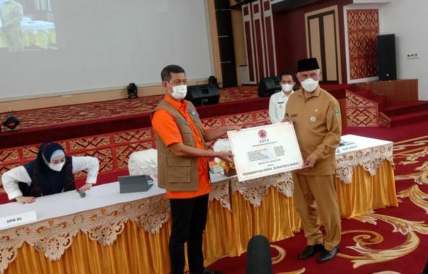 Kepala BNPB Doni Monardo saat menyerahkan bantuan secara simbolis kepada Gubernur Sumbar Mahyeldi Ansharullah