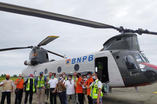 Gubernur Sumbar Irwan Prayitno dan Kalaksa BPBD Sumbar menyambut kedatangan Helikopter bantuan dari BNPB di Bandara Internasional Minangkabau
