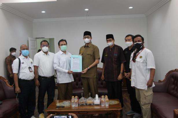 Kepala Badan Pengatur Hilir Minyak dan Gas (BPH Migas) Fanshurullah menyerahkan SK kenaikan kuota BBM bersubsidi kepada Walikota Bukittinggi Erman Safar.