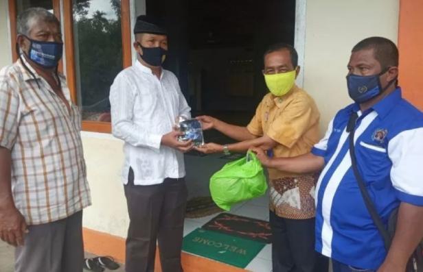 BPJS Kesehatan Cabang Bukittinggi bersama Persatuan Wartawan Indonesia (PWI) Kabupaten Agam, Sumatera Barat membagikan 300 lembar masker ke jamaah Shalat Jumat di lima masjid tersebar di Kecamatan Lubukbasung, dalam mengantisipasi penyebaran COVID-19 di daerah itu.