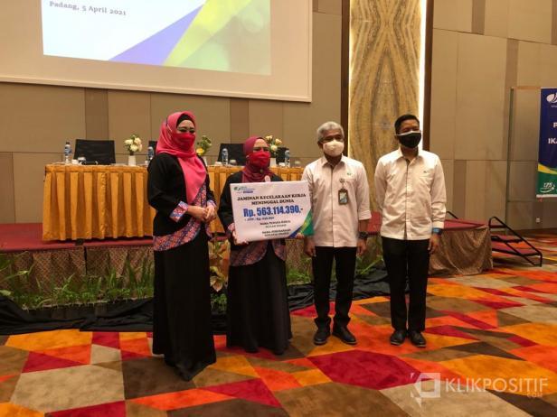 Badan Penyelenggara Jaminan Sosial (BPJS) Ketenagakerjaan Cabang Padang serahkan santunan kepada peserta BPJS Ketenagakerjaan yang meninggal karena kecelakaan kerja.