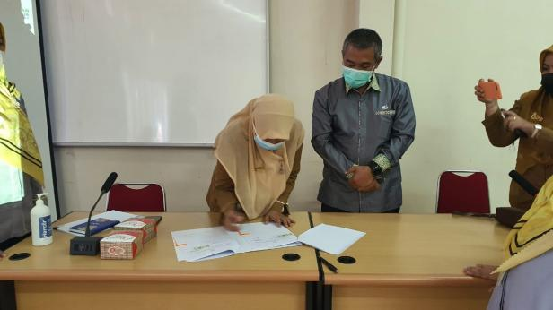 Proses penandatanganan kerja sama antara BPJamsostek Bukittinggi dengan RSUD Adnaan WD Payakumbuh.