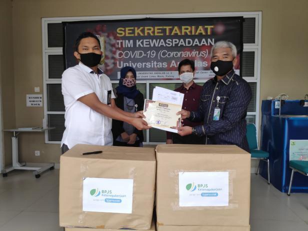 Kepala BPJamsostek Cabang Padang Yuniman Lubis serahkan bantuan APD kepada Direktur Utama RS Unand Dr. dr. Yevri Zulfiqar SpB, SpU