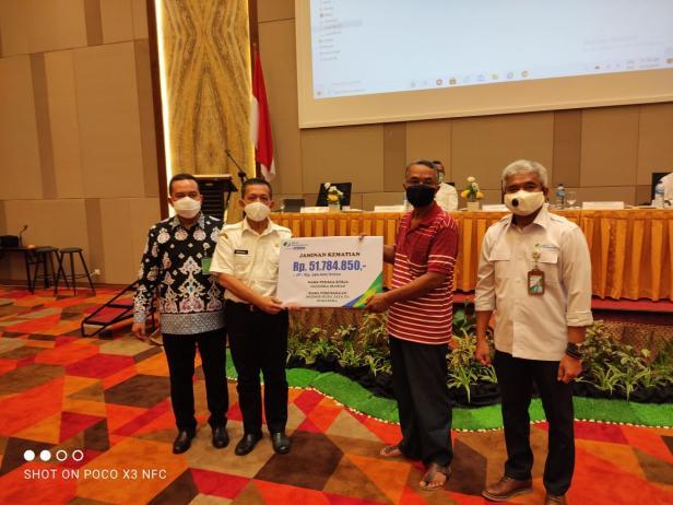 Badan Penyelengara Jaminan Sosial Ketenagakerjaa Cabang Padang menyerahkan santunan kepada tiga ahli waris peserta yang meninggal dunia.