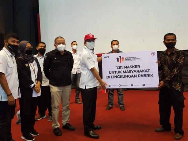 SERAHKAN MASKER- Direktur Keuangan PT Semen Padang Tubagus Muhammad Dharury (empat dari kiri) menyerahkan 1.111 masker untuk masyarakat di lingkungan pabrik, secara simbolis kepada Ketua Forum Nagari Lambung Bukik Dedi Azhari.