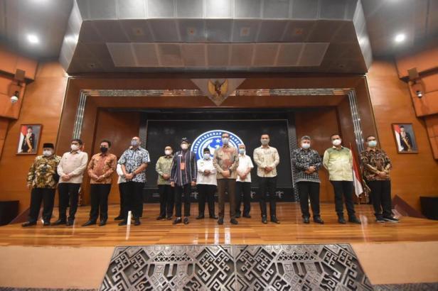 Anggota Komisi VI DPR RI Andre Rosiade bersama dengan 11 kepala daerah di Sumbar foto bersama dengan Menparkeraf Sandiaga Uno di Kantor Kemenparekraf, Jakarta, Selasa (13/4/2021).