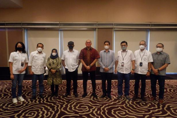 Andre Rosiade bersama Wako Sawahlunto Deri Asta foto bersama dengan Direktur Utama PT Bukit Asam (PTBA) Suryo Eko Hadianto dan jajarannya.